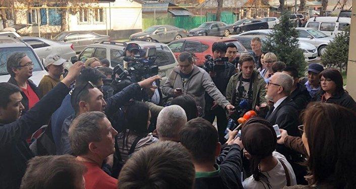 Журналисты у здания Медеуского районного суда по гражданским делам Алматы, где рассматривалось дело о закрытии портала Ratel.kz