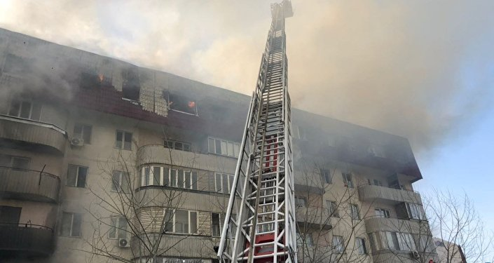 Огонь охватил пять этажей жилого дома в Алматы