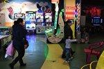 Посетители в зале детских аттракционов в одном из торговых центров, архивное фото
