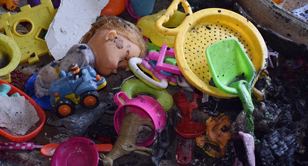 Игрушки на месте сгоревшей квартиры, архивное фото