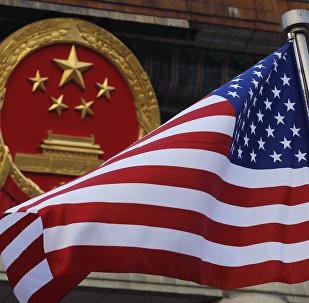 Флаг США на фоне эмблемы Китая в Пекине, архивное фото