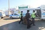Полицейские работают на месте обнаружения трупа