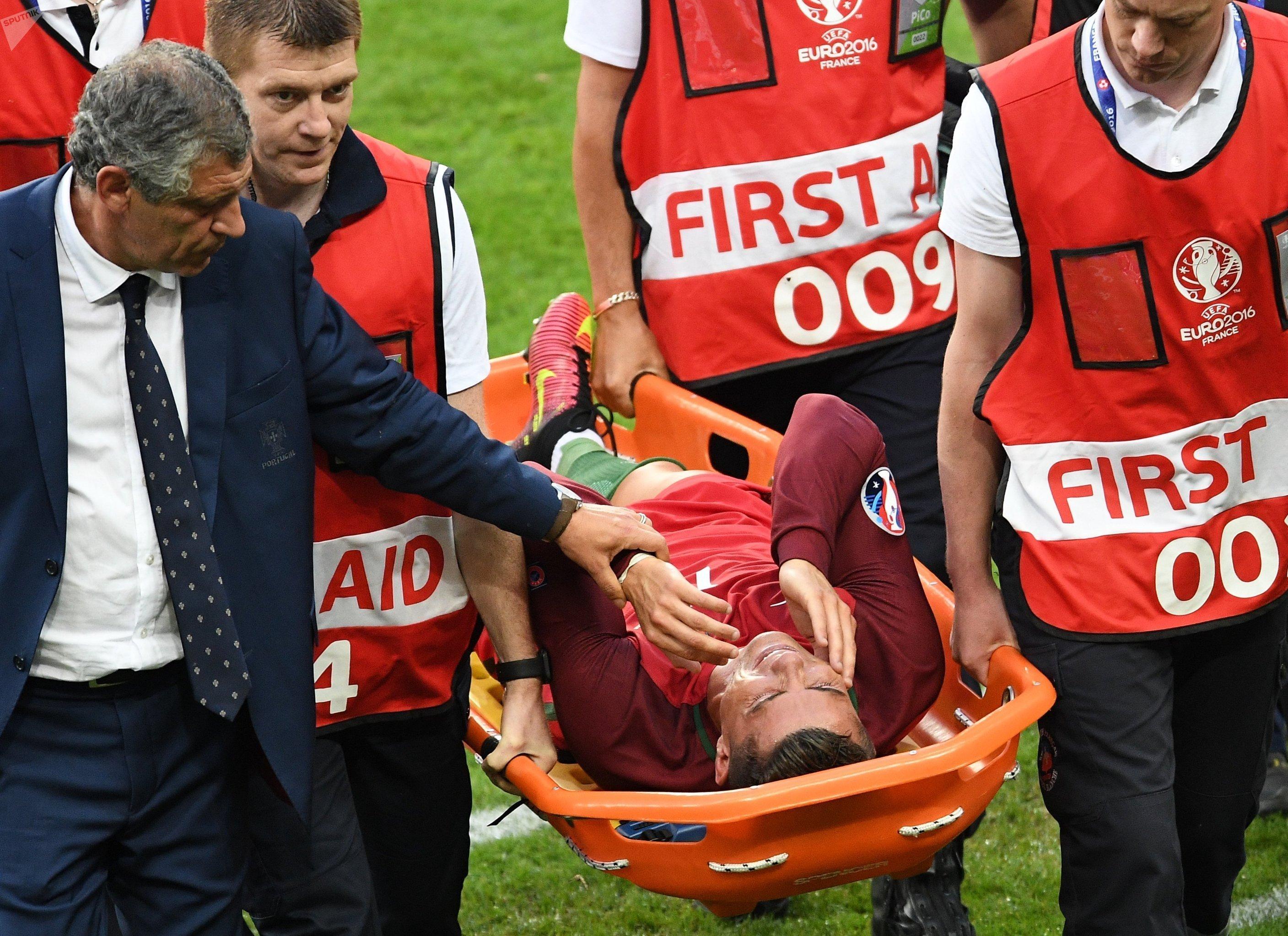 Даже получив травму, не позволившую Криштиану Роналду продолжить матч, капитан сборной Португалии помогал как мог своим товарищам с кромки поля