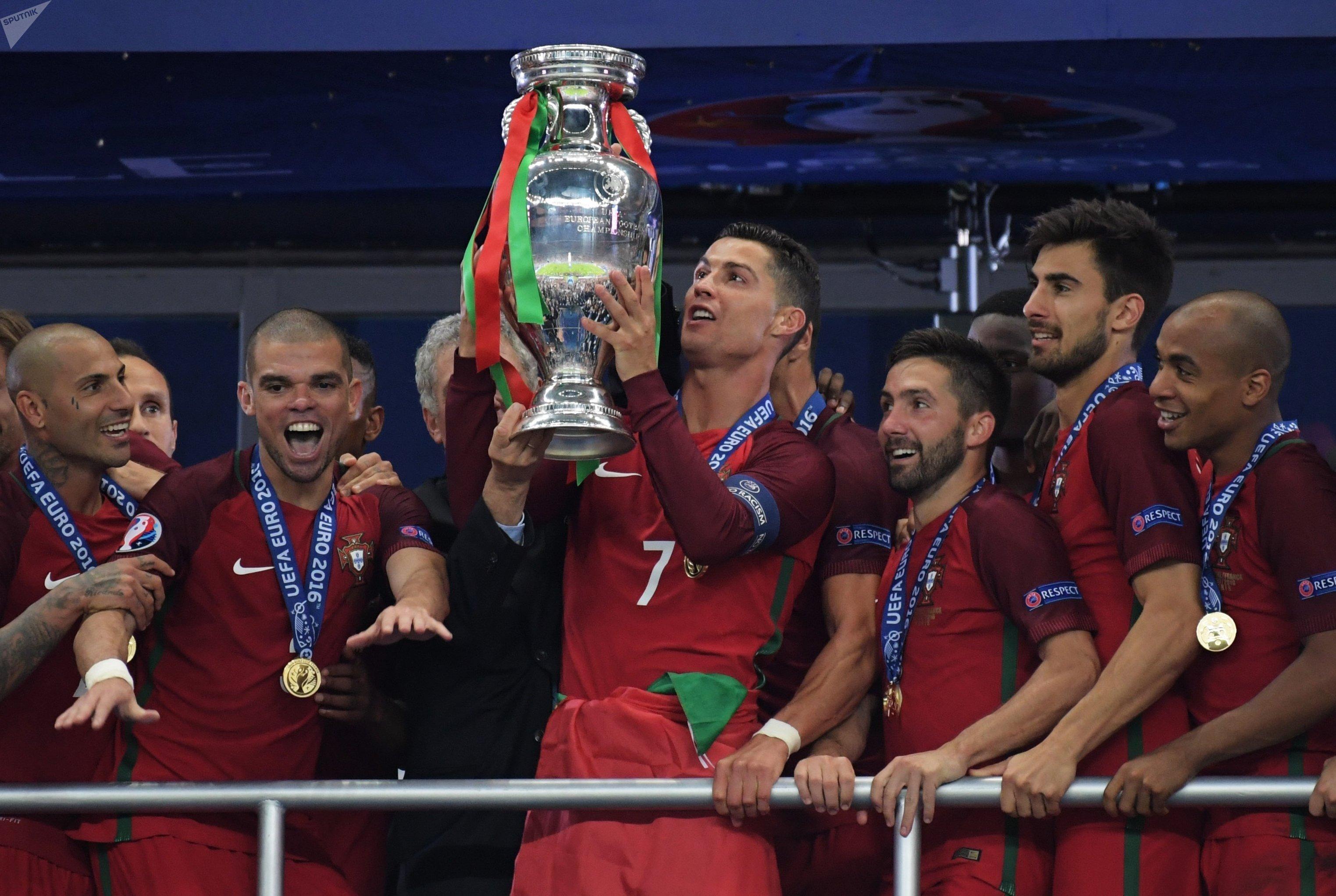 Криштиану Роналду и сборная Португалии по футболу впервые в своей истории выиграли чемпионат Европы, обыграв в финале сборную Франции