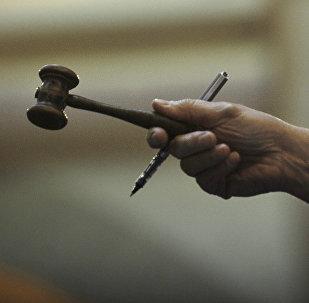 Человек с молотком в руке во время аукциона, архивное фото