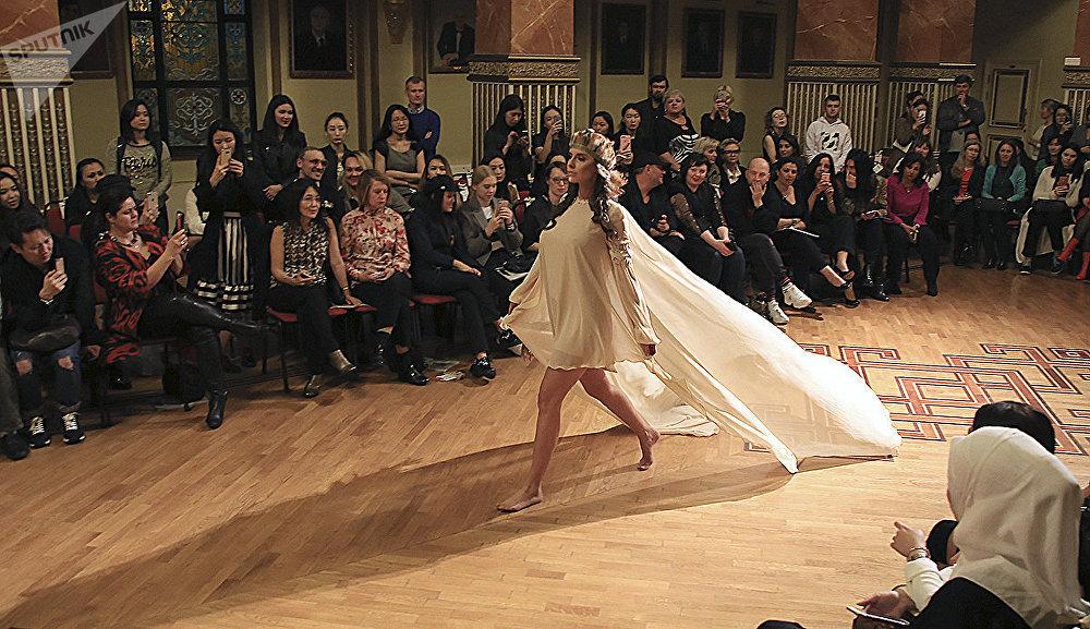 polugolie-modeli-na-modnom-podiume-video