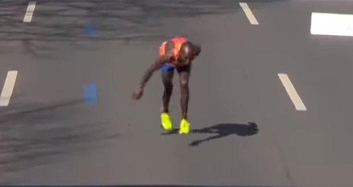Марафонец Майкл Куньюга полз последние метры до финиша
