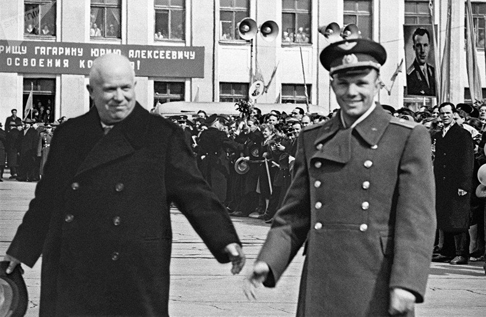 Юрий Гагарин, Никита Хрущев (справа налево) на Внуковском аэродроме после завершения полета. 14 апреля 1961 года