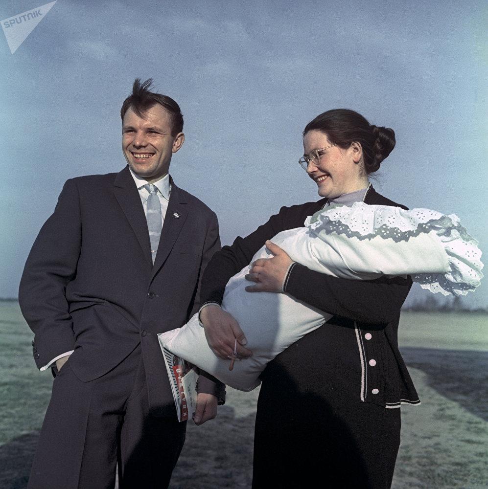 Летчик-космонавт СССР, Герой Советского Союза Юрий Гагарин с супругой Валентиной и дочкой Галей
