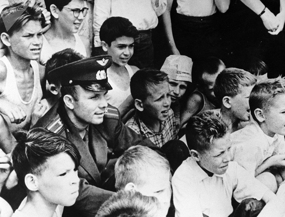 Герой Советского Союза, летчик-космонавт СССР Юрий Гагарин смотрит футбольный матч, 1961