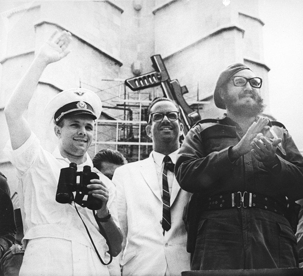 Пребывание Героя Советского Союза, летчика-космонавта СССР Юрия Алексеевича Гагарина на Кубе. Юрий Гагарин, президент Кубы Освальдо Дортикос и премьер-министр Кубы Фидель Кастро (слева направо) на трибуне стадиона во время праздника Республики в Гаване, 26 июля 1961 года