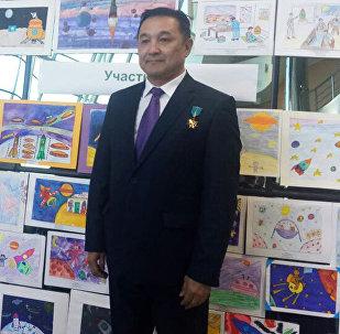 Казахстанский космонавт Айдын Аимбетов оценил рисунки участников конкурса Мы - дети космической эры