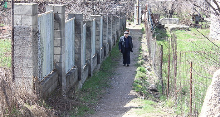 Жильцы жалуются, что из-за отсутствия прямой дороги к их домам к ним не может вовремя добраться ни скорая помощь, ни пожарные