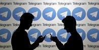 Мужчины со смартфонами на фоне логотипа Telegram