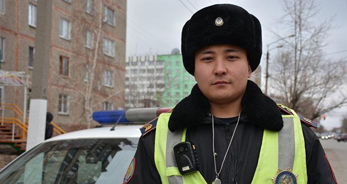 Полицей өртке оранған үйден қарияны құтқарып алды