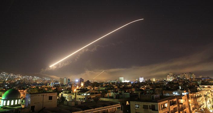 В небе над Дамаском виден ракетный огонь
