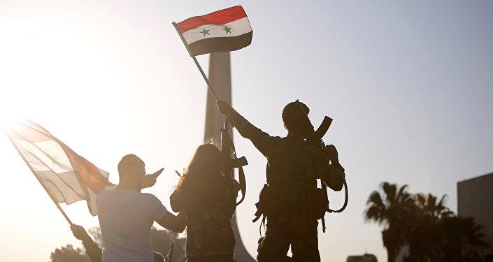 Люди в Сирии во время акции протеста против ударов США