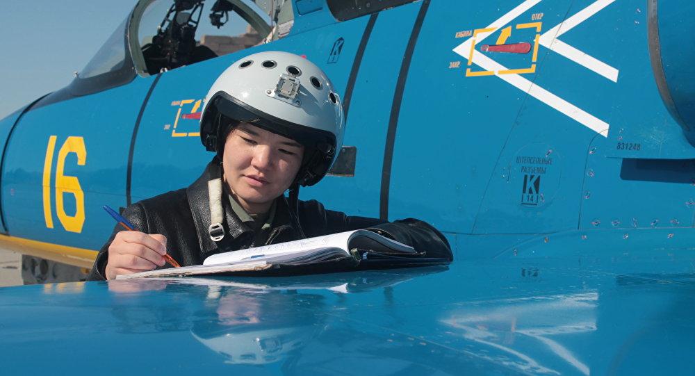 Старший летчик инструктор лейтенант Ардана Ботай