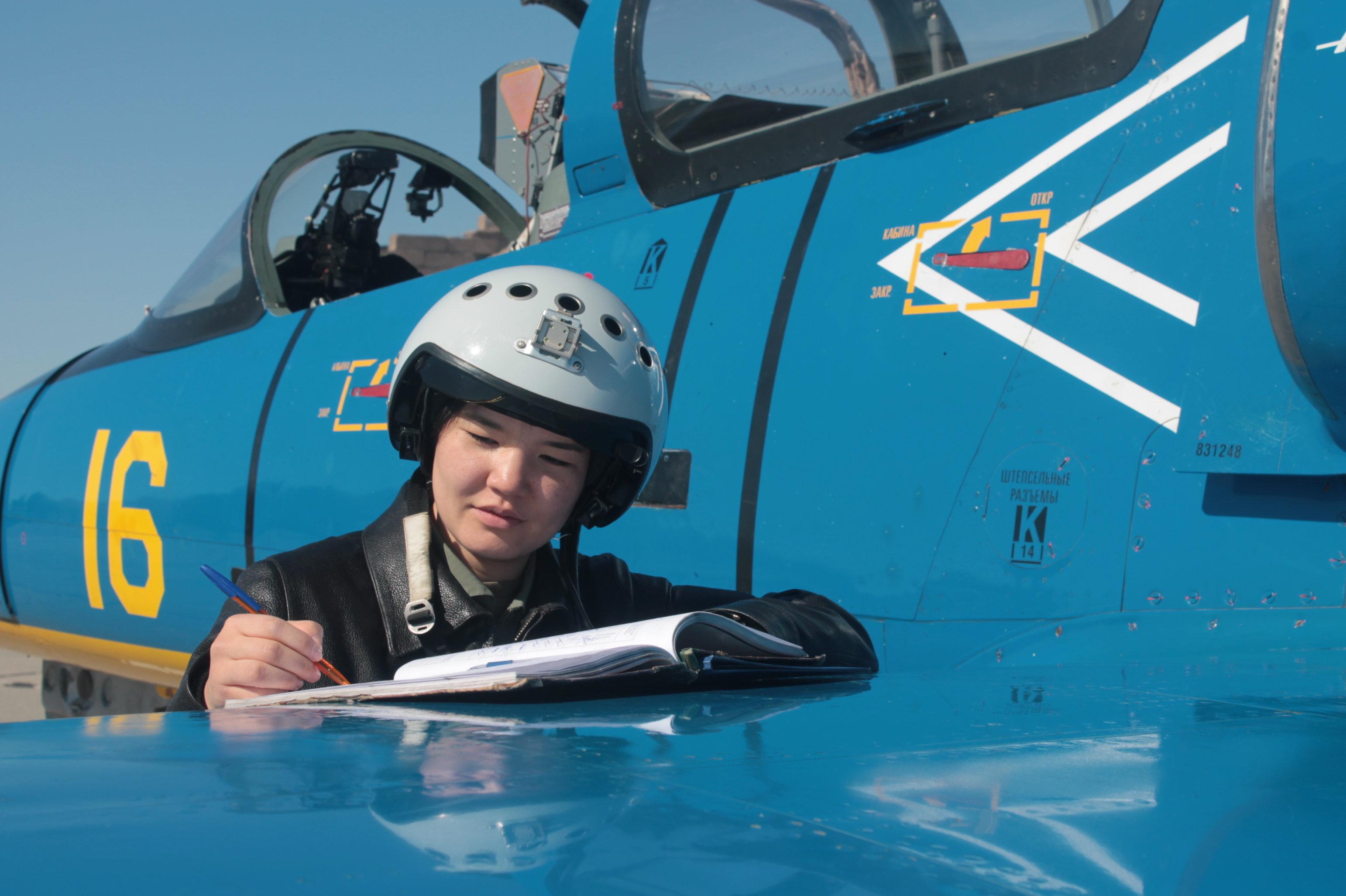 Старший летчик-инструктор лейтенант Ардана Ботай