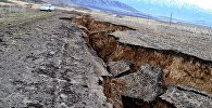 Двухкилометровый провал образовался на дороге в Восточном Казахстане