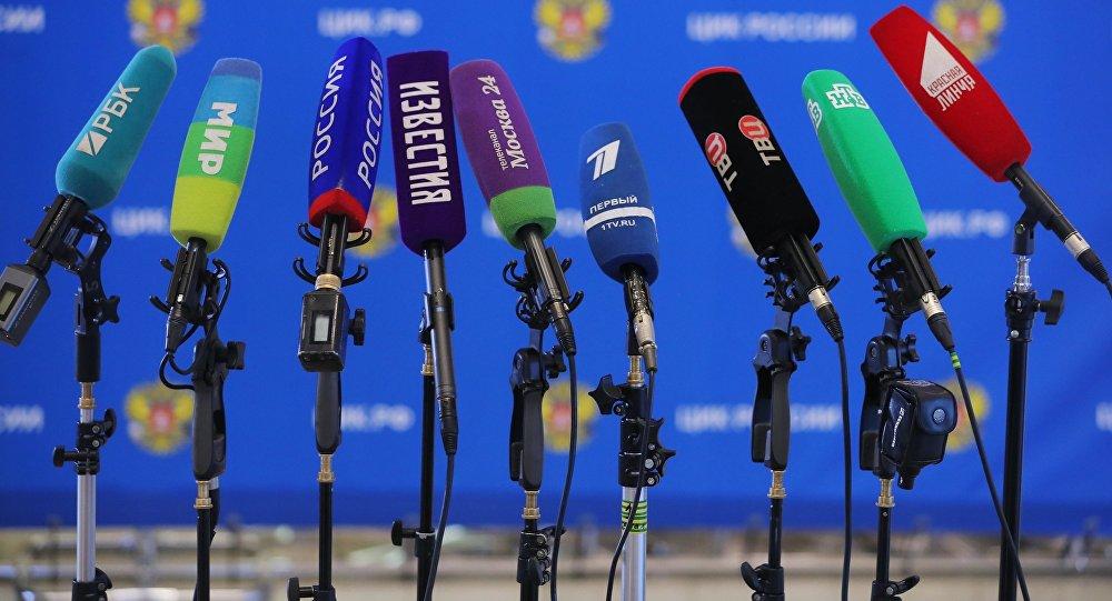 Микрофоны разных СМИ, архивное фото