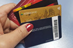 Банковские карточки в руке, архивное фото