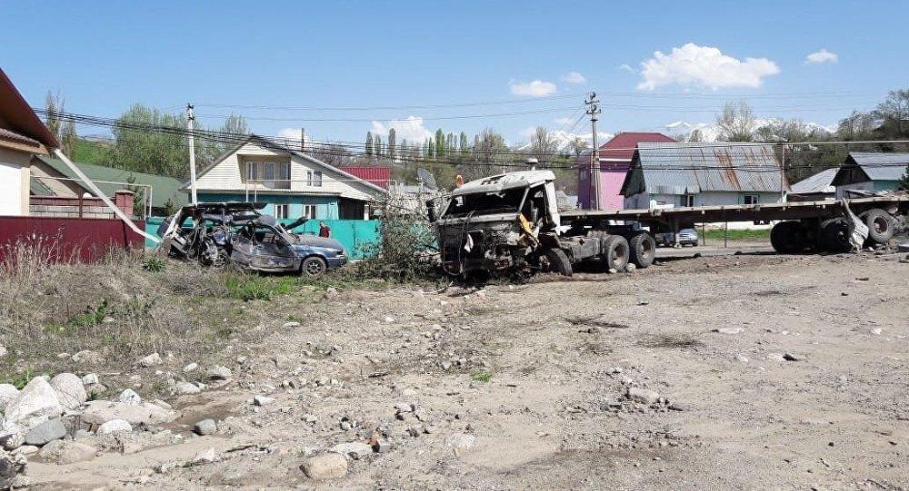 У грузовика отказали тормоза: он снес заборы, столбы и врезался в автомобиль Mazda