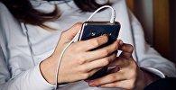 Девушка держит мобильный телефон