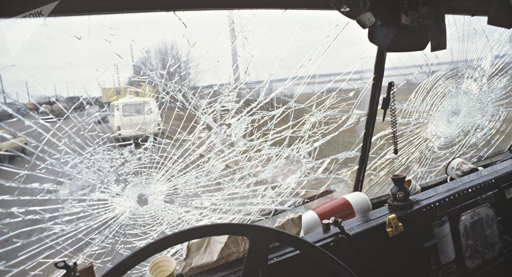 Разбитое стекло автобуса, иллюстративное фото