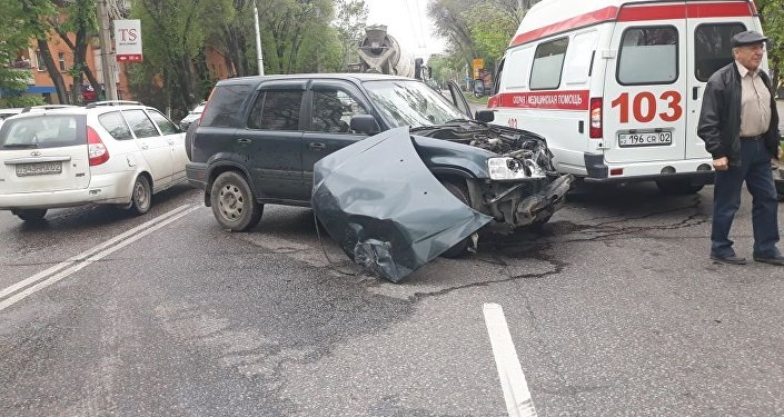 Кадиллак врезался в Хонду недалеко от Центрального стадиона