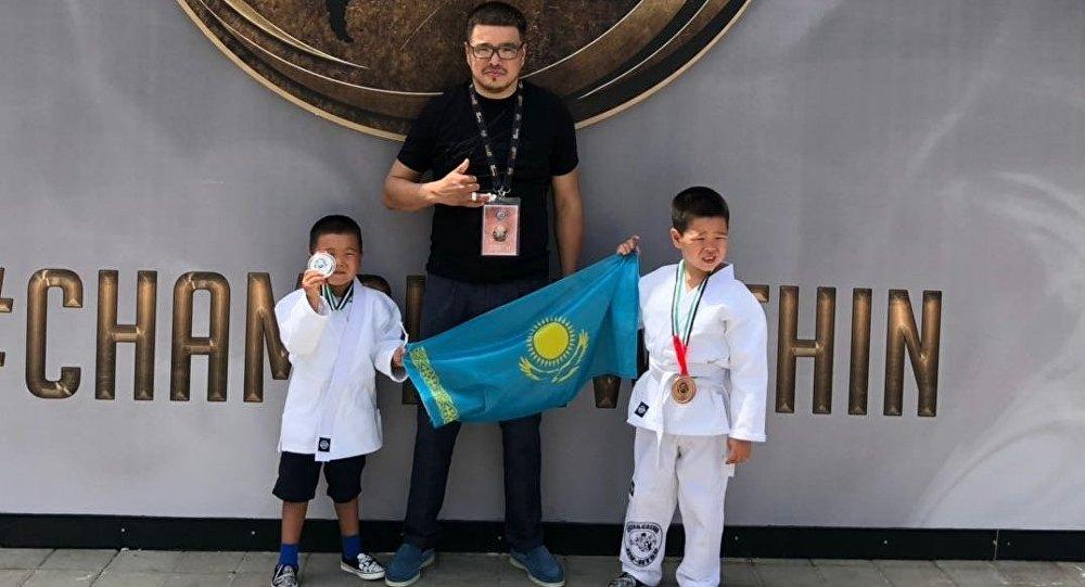 Четырехлетний призер чемпионата мира по джиу-джитсу Альнур (слева), его отец Айбат и его старший брат Алдияр Аубакировы
