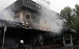 Огонь охватил донерную в Алматы, здание выгорело дотла