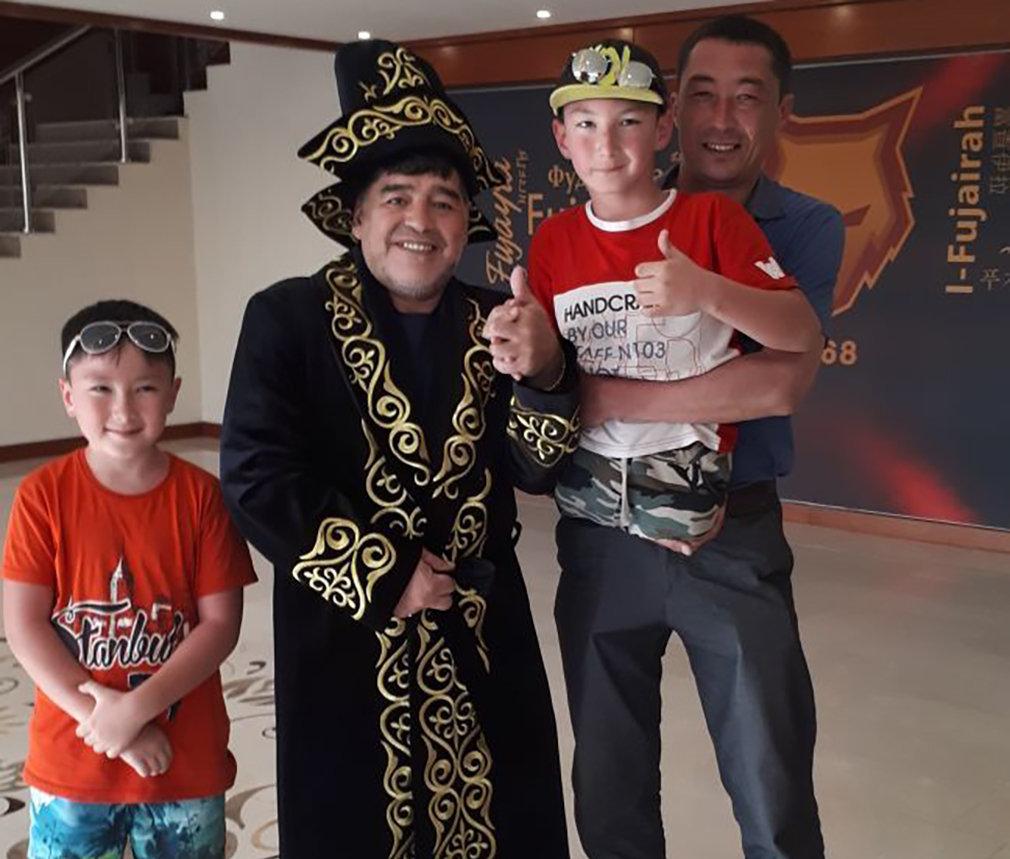 Али Турганбеков встретился с легендарным Диего Марадоной