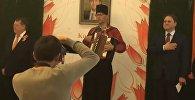 Глава диппредставительства Нидерландов в Казахстане Дирк Ян Коп исполнил гимн Казахстана, аккомпанируя себе на баяне, во время официального приема у себя в посольстве