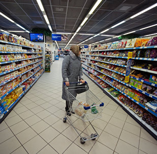 Покупательница в супермаркете, архивное фото