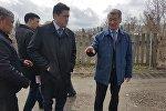 Даниал Ахметов во время визита в Зыряновский район