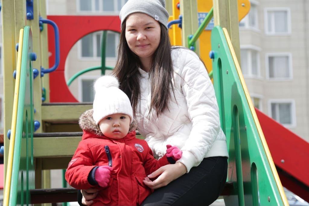 Саида и ее мама Арайлым на прогулке