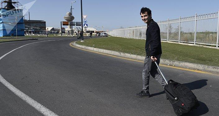 Один из пассажиров идет сотни метров пешком до аэропорта из-за заблокированного пути в аэровокзал