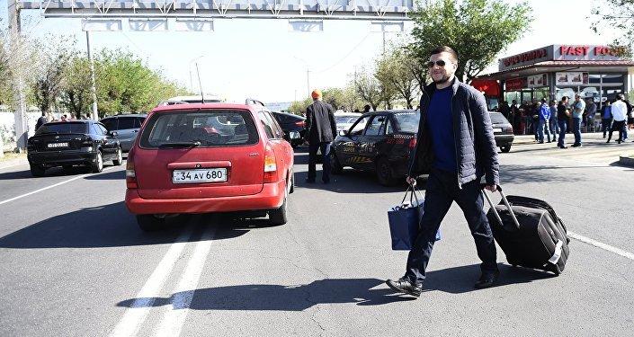 Пассажиры идут сотни метров пешком до аэропорта Звартноц
