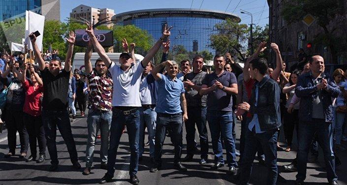 Сторонники лидера оппозиции в Армении Никола Пашиняна перекрывают одну из улиц Еревана