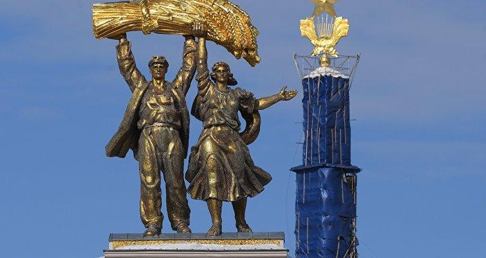 Скульптура Тракторист и колхозница на арке Главного входа ВДНХ, архивное фото
