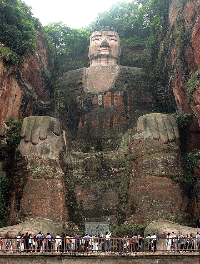 Высеченная в горе Линъюньшань статуя Будды — одна из самых высоких в мире (71 метр). В список ЮНЕСКО ее включили в 1996 году