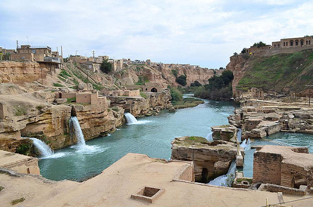 Историческую гидросистему близ иранского города Шуштар называют еще Дамбой Цезаря. Комплекс водных сооружений был установлен римлянами на реке Карун в 3-м веке. С 2009 года находится под охраной ЮНЕСКО.