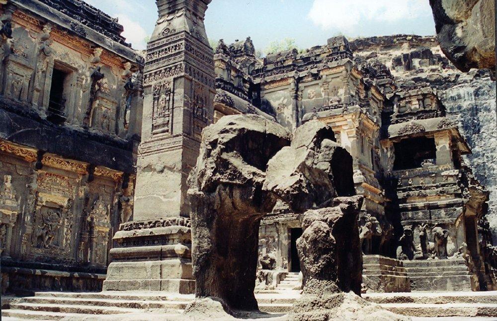 Храмовый комплекс в индийской деревне Эллоре известен высеченными в монолитной скале гигантскими статуями индуистских, буддийских и джайнских богов.