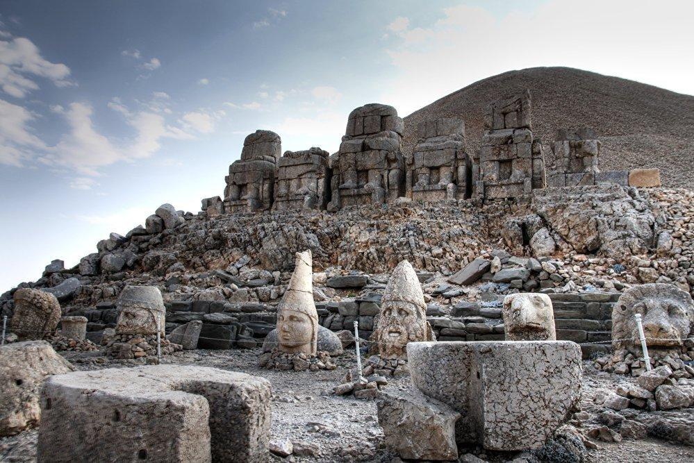 Археологический памятник Коммагенского царства на горе Немрут-Даг — гробница, окруженная статуями восьмиметровой высоты