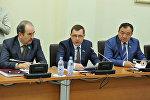 Депутат мажилиса Сергей Симонов (в центре)