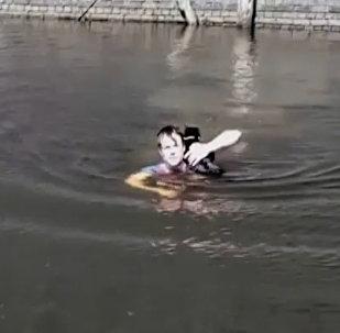 Мужчина спас застрявшего посреди водоема кота