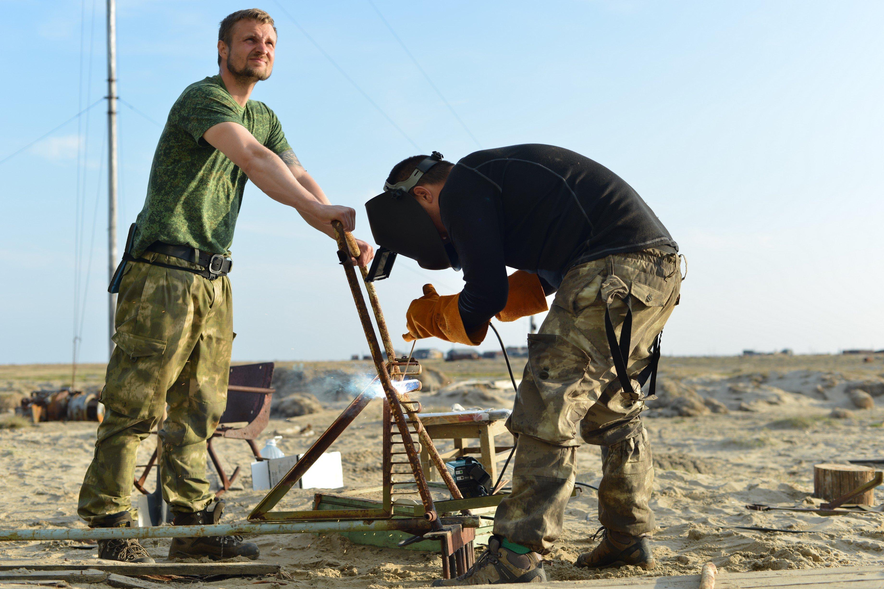 Волонтеры во время экологической экспедиции в Арктике