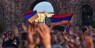 Люди на митинге в Ереване