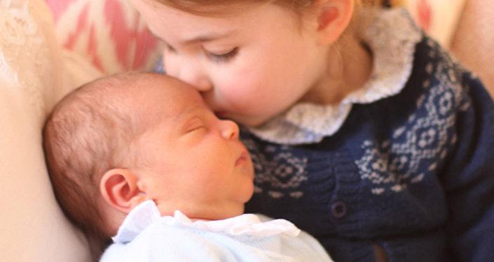 Принцесса Шарлотта с  новорожденным братом Луи